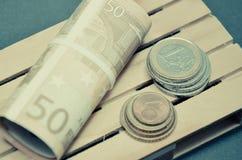 Rétro effet de photo de vintage d'euro billets de banque et argent de pièce de monnaie sur la palette Images libres de droits
