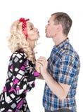 Rétro embrassement heureux drôle de couples de famille d'isolement Photos stock