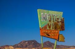 Rétro enseigne au néon abandonné dans le désert Photographie stock