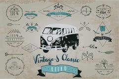 Rétro ensemble tiré par la main de logo de vintage avec la voiture Images stock