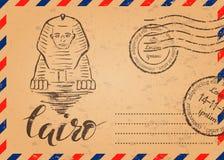 Rétro enveloppe avec des timbres, label du Caire avec le sphinx tiré par la main, marquant avec des lettres le Caire images stock