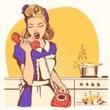 Rétro femme au foyer parlant et criant au téléphone dans la cuisine illustration libre de droits