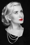 Rétro femme avec les lèvres rouges. Photo noire et blanche photo stock