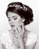 Rétro femme Belle jeune mariée avec la coiffure élégante, avec le precio Photos stock