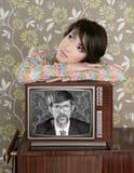 Rétro femme dans l'amour avec le héros de ballot de TV Image stock