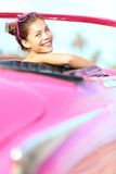 Rétro femme heureuse dans le vieux véhicule de cru Image libre de droits