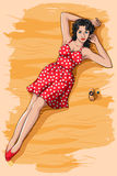 Rétro femme s'étendant sur la plage avec le support de boisson alcoolisée Photographie stock libre de droits