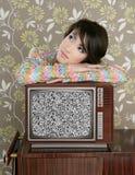 Rétro femme songeur sur le cru TV en bois 60s Image libre de droits
