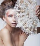 La Renaissance. Cru. Femme délicieuse véritable tenant le ventilateur classique démodé photo stock