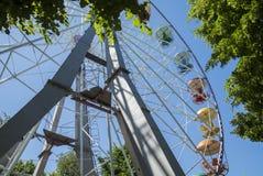 Rétro Ferris Wheel sur le ciel nuageux bleu Photos stock