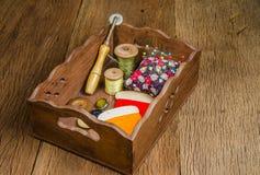 rétro fil de bobine avec la pelote à épingles sur le conseil en bois Images libres de droits