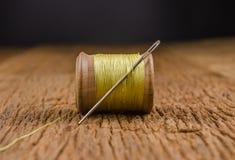 rétro fil en bois de bobine avec l'aiguille Images libres de droits