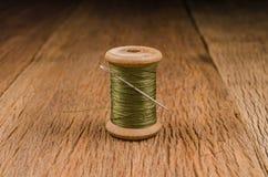 rétro fil en bois de bobine avec l'aiguille Images stock