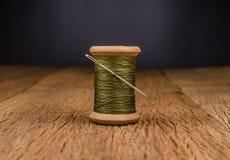 rétro fil en bois de bobine avec l'aiguille Photo stock