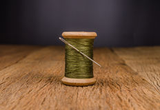 rétro fil en bois de bobine avec l'aiguille Photographie stock