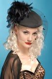 Rétro fille magnifique dans le chapeau d'années '40 avec des clavettes Photo stock