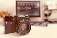 Rétro fin d'appareil-photo sur le bureau de concepteur Photo libre de droits