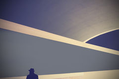 Rétro fond abstrait avec la silhouette d'un homme dans le chapeau Photographie stock libre de droits