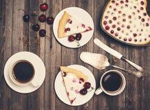 Rétro fond dénommé de Saint Valentin Coeur fait maison de tarte aux cerises Photographie stock