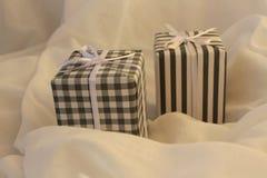 Rétro fond noir et blanc de Noël avec deux boîtes Rétro noir et blanc sur un fond de tissu Images libres de droits