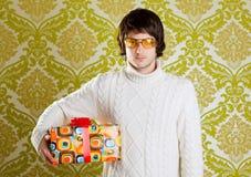 Rétro glaces de jeune homme de gratte-cul retenant le cadre de cadeau Photo libre de droits
