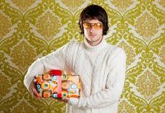 Rétro glaces de jeune homme de gratte-cul retenant le cadre de cadeau Images stock