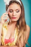 Rétro goupille vers le haut de la fille parlant au téléphone portable Photographie stock
