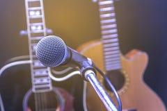 Rétro guitare et microphone Images stock