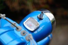 Rétro habitacle de vélomoteur avec le fond brouillé Photos libres de droits