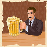 Rétro homme avec la tasse de bière Image stock