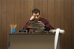 Rétro homme d'affaires ennuyé dans le bureau. photographie stock libre de droits