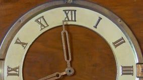 Rétro horloge avec les chiffres romains banque de vidéos
