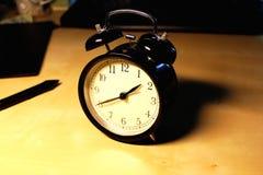 Rétro horloge d'alarme noire Image stock