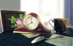 Rétro horloge d'alarme sur une table de chevet Photographie stock