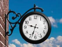 Rétro horloge extérieure Images libres de droits