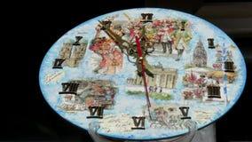 Rétro horloge murale avec de grandes flèches rapidement Laps de temps clips vidéos