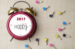Rétro horloge rouge de sonnette d'alarme avec la bonne année 2017 et les vêtements Images stock