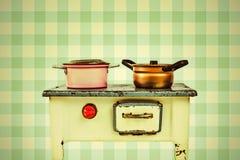 Rétro image dénommée d'un fourneau de cuisson de maison de poupée Image stock