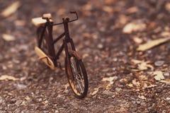 Rétro image dénommée d'une bicyclette faite main du 19ème siècle d'isolement sur le fond de nature photo stock