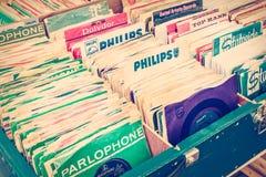 Rétro image dénommée des boîtes avec des disques de plaque tournante de vinyle sur une Floride Image libre de droits