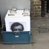 Rétro image dénommée des boîtes avec des photos des acteurs célèbres sur un marché de fuite Image libre de droits