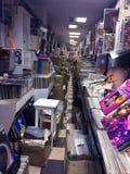 Rétro image dénommée des boîtes avec des disques de plaque tournante de vinyle sur un marché de fuite photo stock