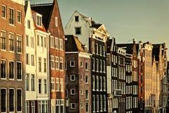 Rétro image dénommée des maisons antiques de canal à Amsterdam photographie stock libre de droits