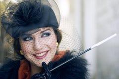 Rétro image d'une femme avec le fume-cigarettes Image libre de droits