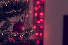Rétro image de fond de fête de Noël avec les babioles rouges Image libre de droits