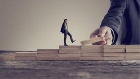 Rétro image de style de vintage d'un homme d'affaires marchant vers le haut des étapes Photo libre de droits