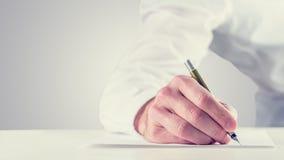 Rétro image de style de vintage d'un homme signant un papier Images libres de droits