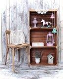 Rétro intérieur avec la chaise et trois caisses en bois Photo libre de droits