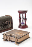 Rétro journal intime antique et avec l'anneau, le coffre en bois et le sablier Photographie stock libre de droits