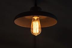 Rétro lampe de tungstène dans l'abat-jour rond Photo stock